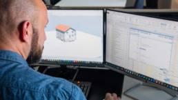 Tobias Guener plant Bauvorhaben am PC